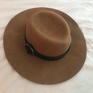 Cognac felt winter hat with black buckle